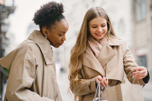 Einkaufstag. internationale freundinnen. frauen in einer stadt.