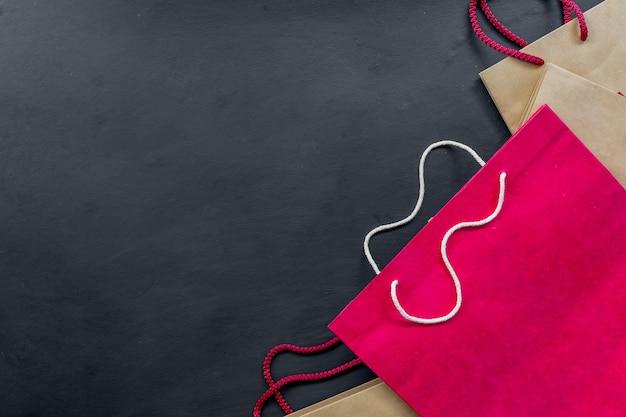 Einkaufstasche auf schwarzem hintergrund. platz für text. flach liegen