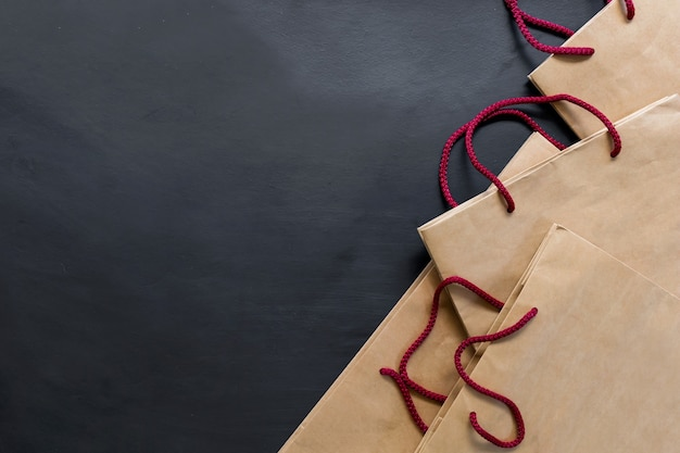 Einkaufstasche auf schwarzem hintergrund.
