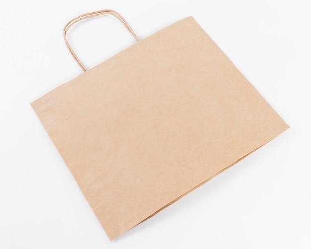 Einkaufstasche aus braunem papier mit hoher sicht der griffe
