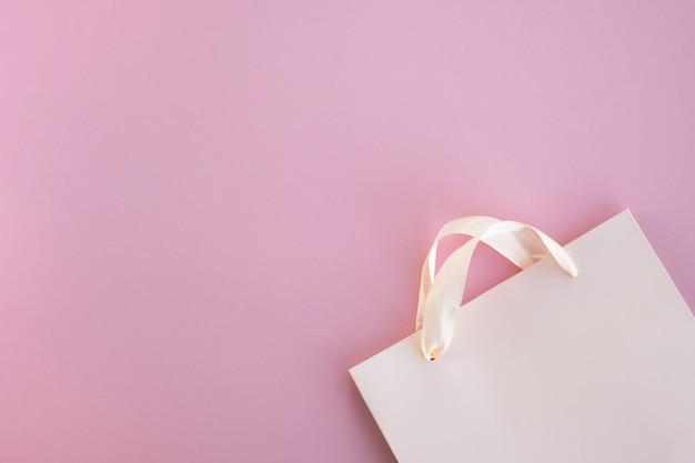 Einkaufstasche aus papier auf rosa oberfläche