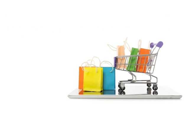 Einkaufstasche in einem wagen mit tablette