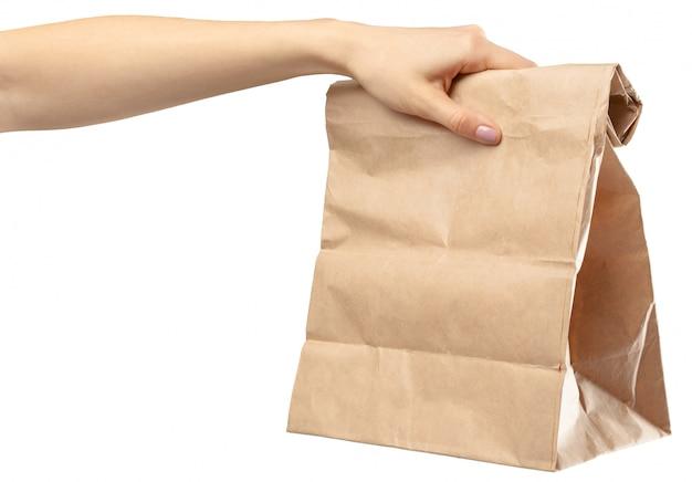 Einkaufstasche. weibliche hand, die einkaufstasche auf weiß hält