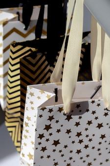 Einkaufstaschen, geschenkboxen mit goldenen sternen, geometrische linien