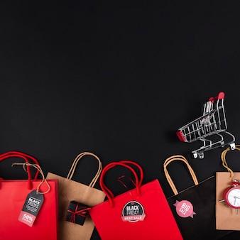 Einkaufstaschen in verschiedenen farben mit warenkorb