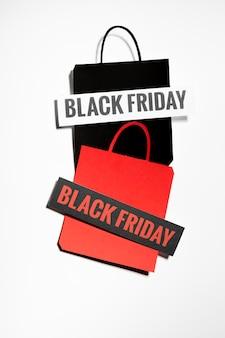 Einkaufstaschen mit black friday-schildern