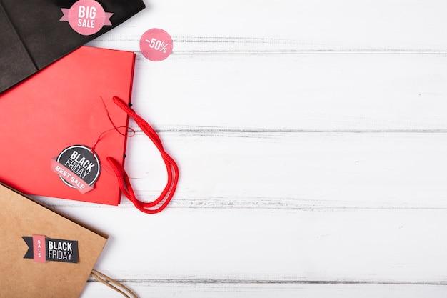 Einkaufstaschen mit schwarzen freitag-aufklebern