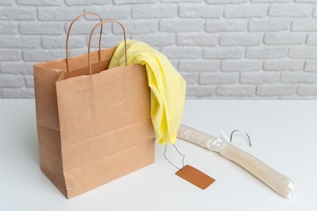 Einkaufstüten auf dem tisch