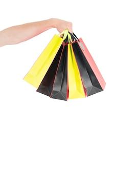 Einkaufstüten in der hand isoliert auf weißem hintergrund papiertüten-pakete einkaufs- und paketkonzept