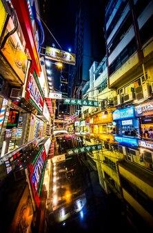 Einkaufsviertel in der nacht in hong kong