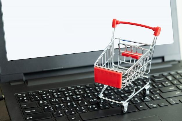 Einkaufswagen auf der tastatur