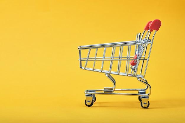Einkaufswagen auf gelb