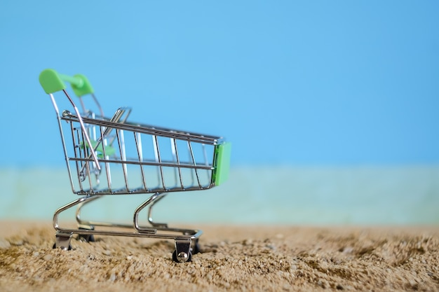 Einkaufswagen fallen auf tropischen sandstrand.