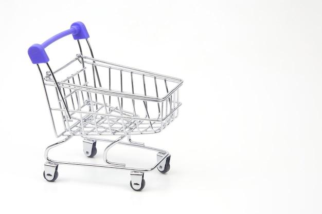 Einkaufswagen für marktlebensmittel auf weißem hintergrund