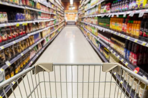 Einkaufswagen im leeren supermarktladen