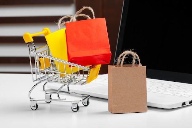 Einkaufswagen, laptop auf dem schreibtisch