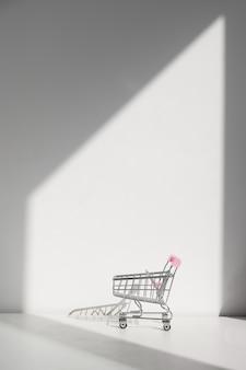 Einkaufswagen lokalisiert auf einem weißen hintergrund