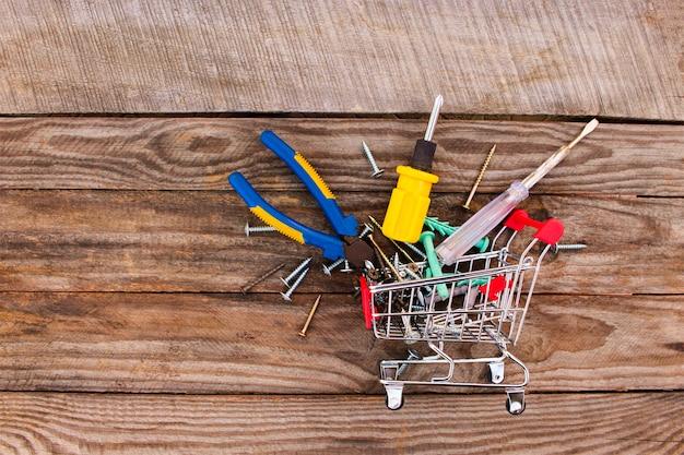 Einkaufswagen mit bauwerkzeugen. getöntes bild.