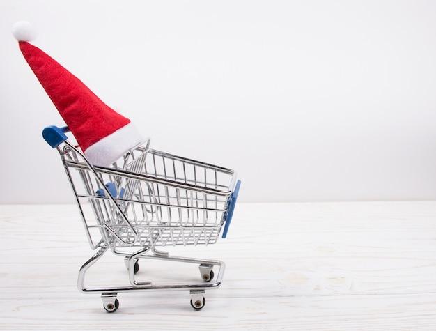 Einkaufswagen mit einer weihnachtsmannmütze