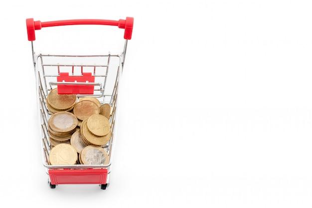 Einkaufswagen mit euro-münzen darin auf weißem hintergrund. supermarkt shopping, verkauf und cash back thema. copyspace für text.