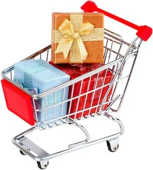 Einkaufswagen mit geschenken auf dem weißen hintergrund isoliert.