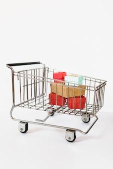 Einkaufswagen mit geschenken drin