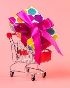 Einkaufswagen mit großem buntem geschenk