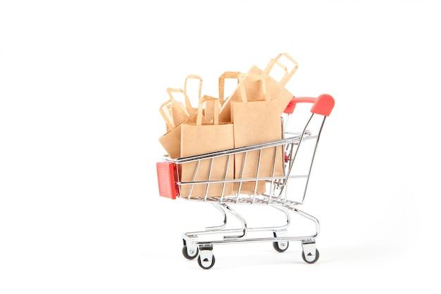 Einkaufswagen mit käufen - pakete auf weiß lokalisiert. sale-konzept. verwendung umweltfreundlicher materialien. kein verlust