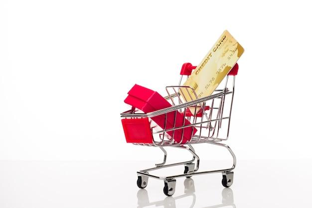 Einkaufswagen mit kreditkarte auf weiß