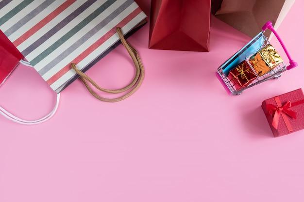 Einkaufswagen mit kreditkarte und einkaufstasche mit kopienraum