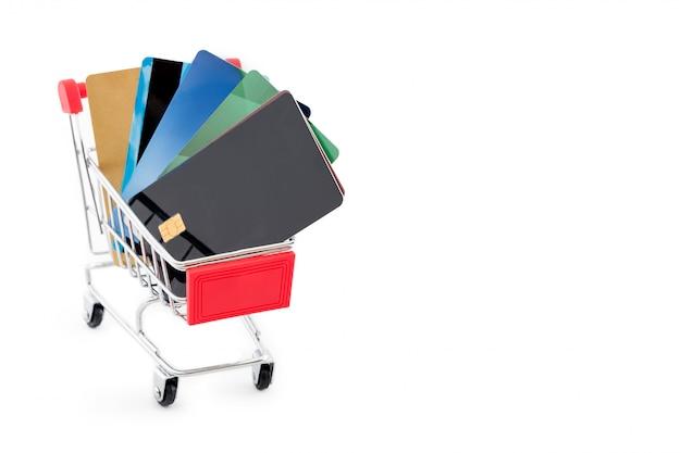 Einkaufswagen mit kreditkarten auf weißem hintergrund. copyspace für text.
