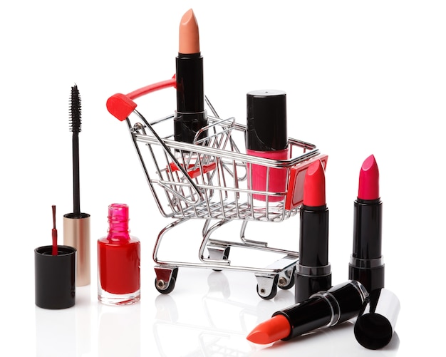 Einkaufswagen mit make-up-produkten