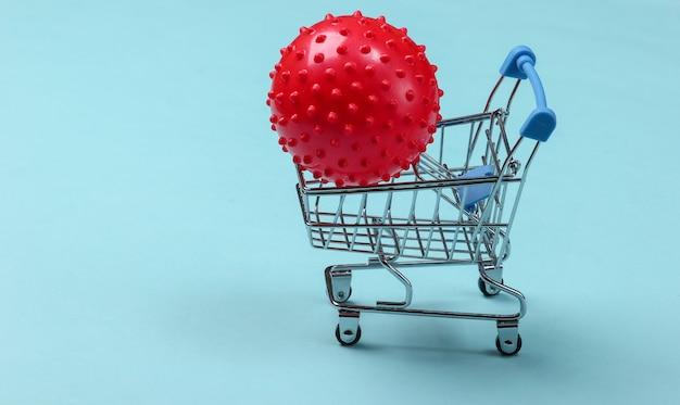 Einkaufswagen mit massageball auf einem blauen