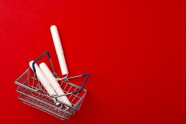 Einkaufswagen mit medizinischen tampons schließen foto oben