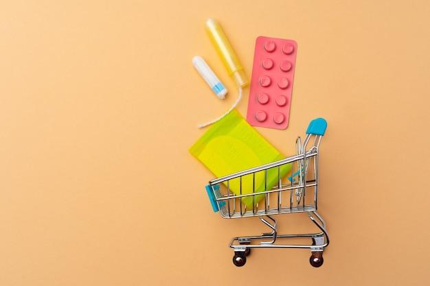 Einkaufswagen mit medizinischen tampons und pads schließen oben