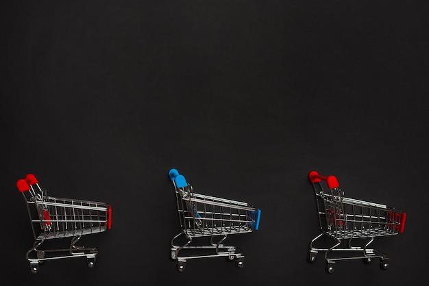 Einkaufswagen mit roten und blauen griffen