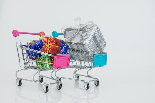 Einkaufswagen mit vollständig auf einkaufswagen montierten geschenkboxen für den online-kauf von e-commerce.