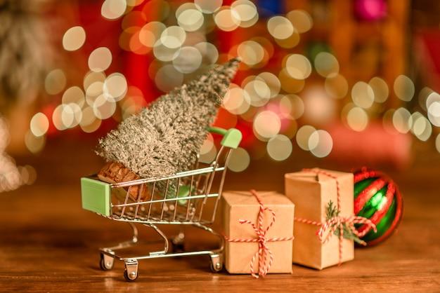 Einkaufswagen mit weihnachtsgeschenken und geschenken