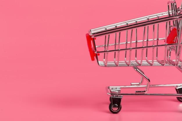 Einkaufswagen oder supermarktlaufkatze auf rosa