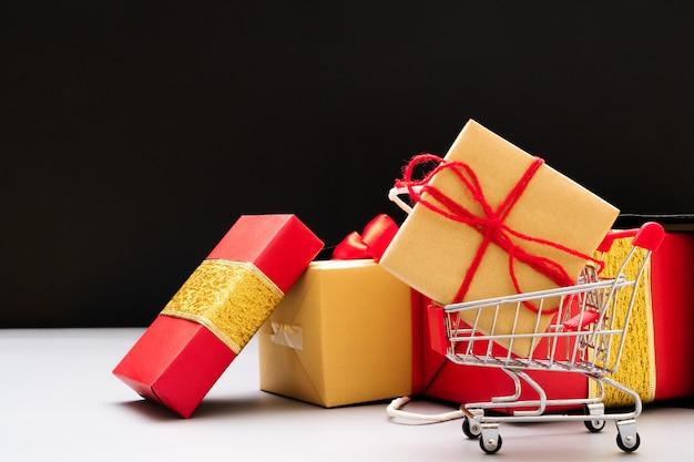 Einkaufswagen und geschenkbox
