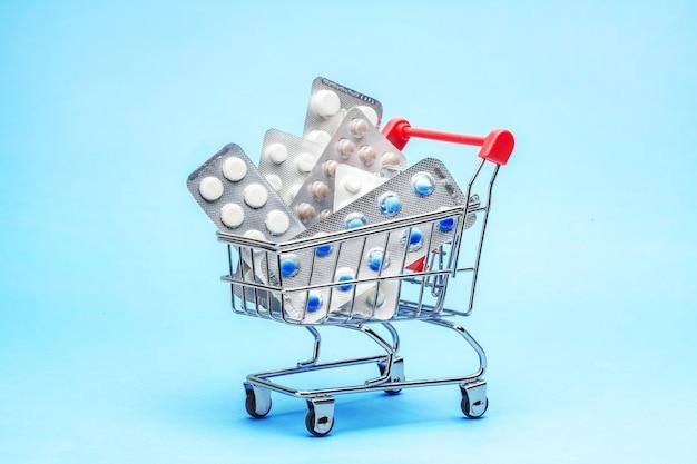 Einkaufswagen und medikamente teure medikamente einkaufskorb mit blisterpackungen mit pillen