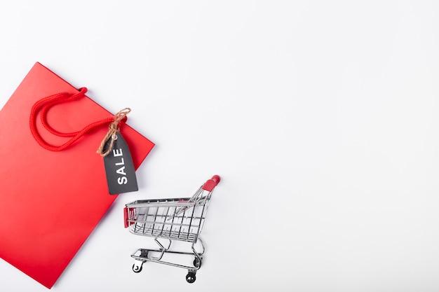 Einkaufswagen und tasche mit exemplarplatz