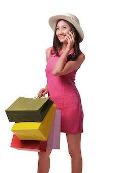 Einkaufszeit, schöne asiatische frau mit hut sprechend am telefon