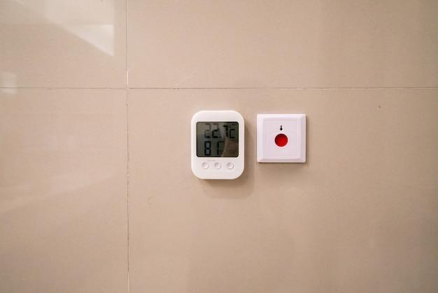 Einkaufszentrum-automatisches thermometer und sicherheits-knopf