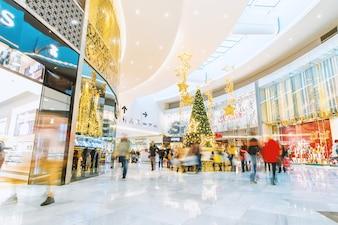 Einkaufszentrum mit einem Weihnachtsbaum