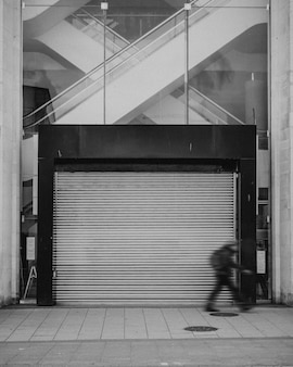 Einkaufszentrum mit geschlossener tür