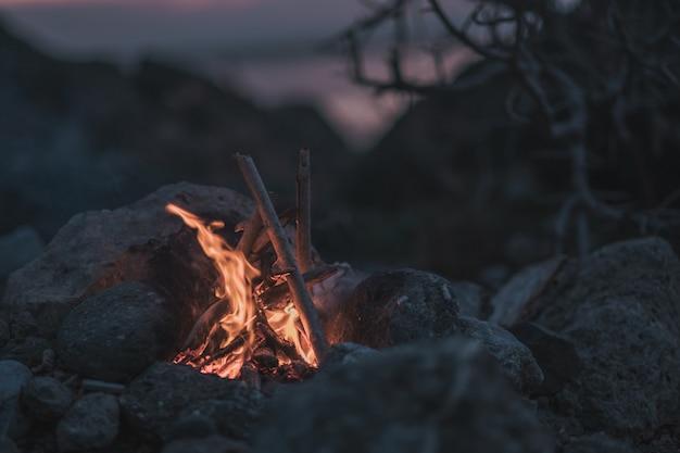 Einladendes lagerfeuer am strand im sommer