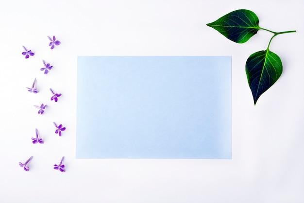 Einladungsgrußkarte mit blumen und blättern Premium Fotos