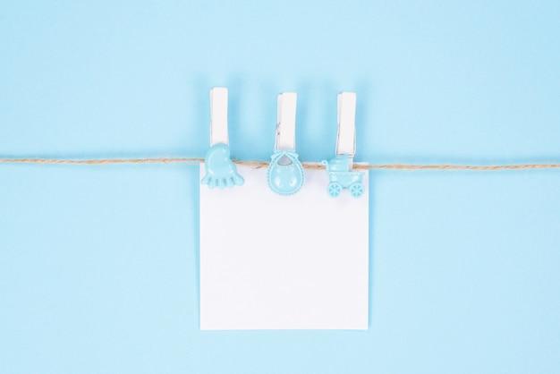 Einladungskarte für babypartykonzept. oben über high angle view foto von schönen niedlichen süßen schönen karte mit platz für babynamen text isoliert weißen pastell farbe hintergrund