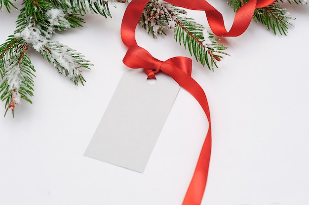 Einladungskartenverkauf für weihnachten mit einem roten bogen